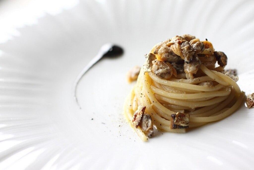 Spaghetti con vongole e sgombro grigliato