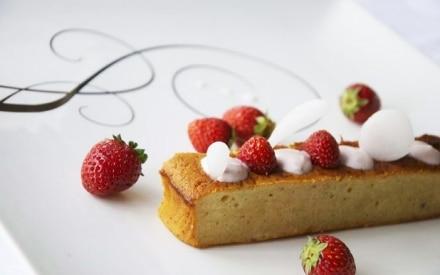 Plum cake, yogurt e fragole