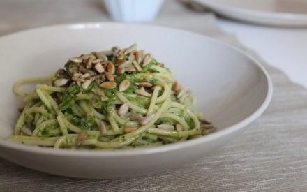 Spaghetti con crema di rucola, pompelmo e semi di girasole