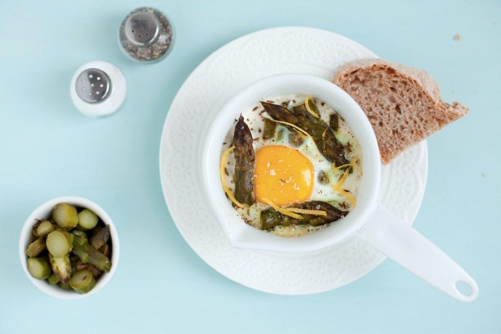 Uova in cocotte con asparagi, acciuga e limone