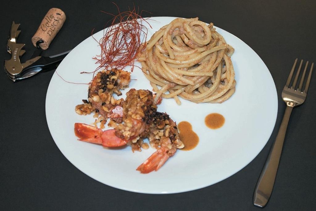 Gamberoni con croccante di foie gras e nocciola accompagnati da linguine in tripla bisque
