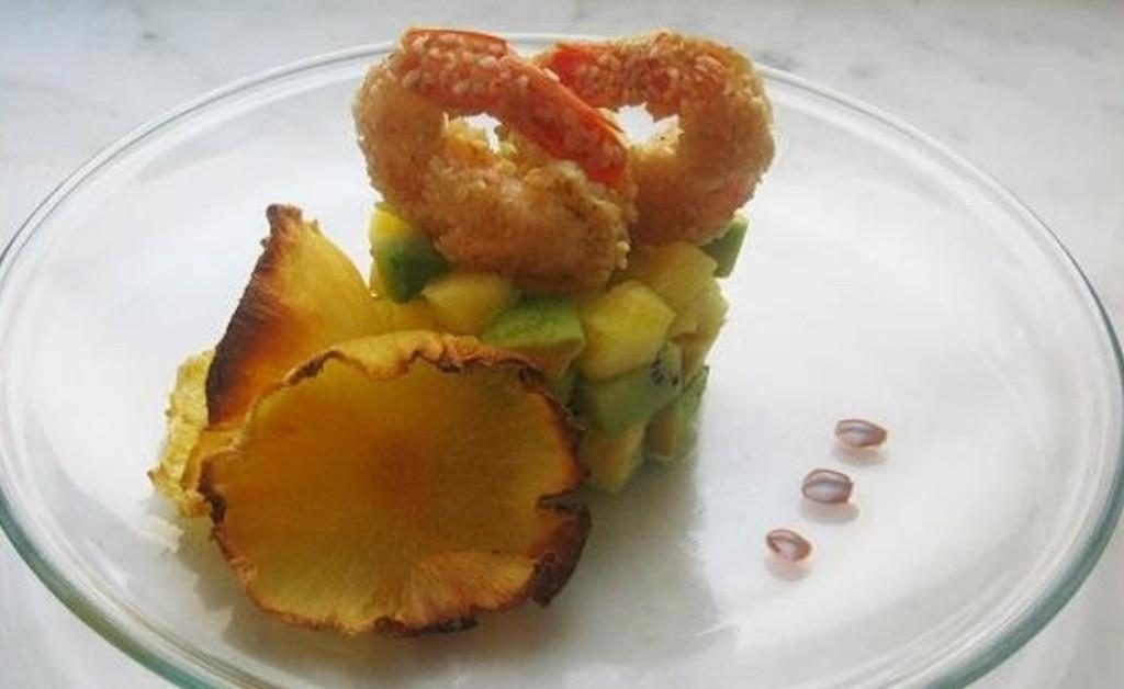 Code di gamberi dorati su tartare di frutta esotica