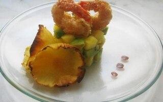 Code di gamberi dorati su tartare di frutta...