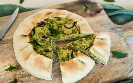 Torta salata con fave e olive alla menta