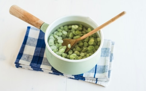 Preparazione Torta salata con fave e olive alla menta - Fase 1