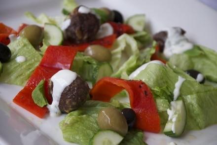 Polpette di agnello e insalata greca