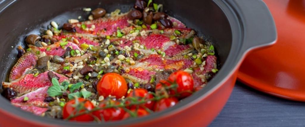 Filetti di triglie con frutta secca, pomodori, capperi e origano