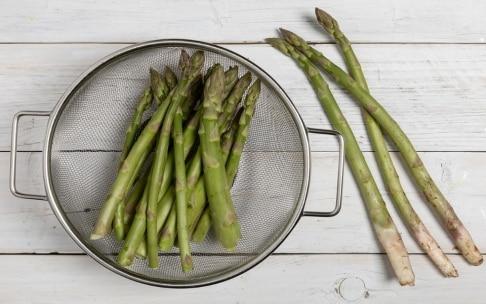 Preparazione Penne alla crema di asparagi, pistacchi e limone - Fase 1