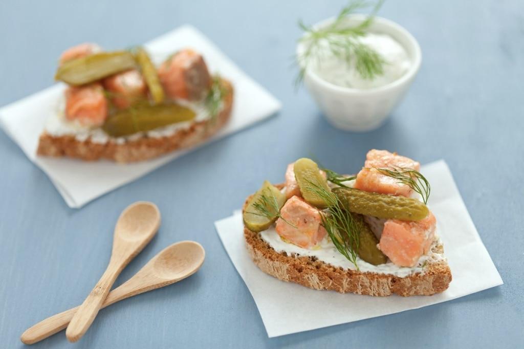 Bruschetta con salmone, cetriolini e yogurt
