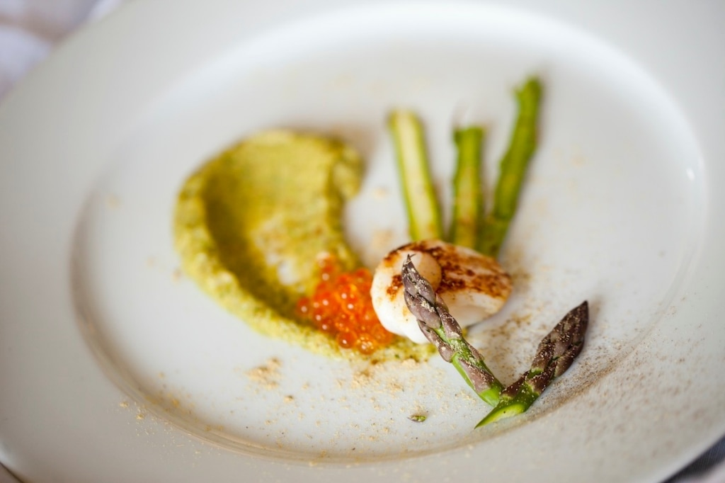 Capesante con purè di zucchine e lame d'asparagi
