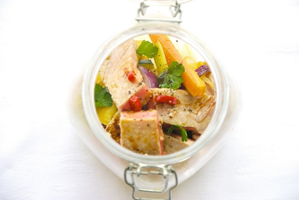Insalata con verdure e tonno al miele e soia in barattolo