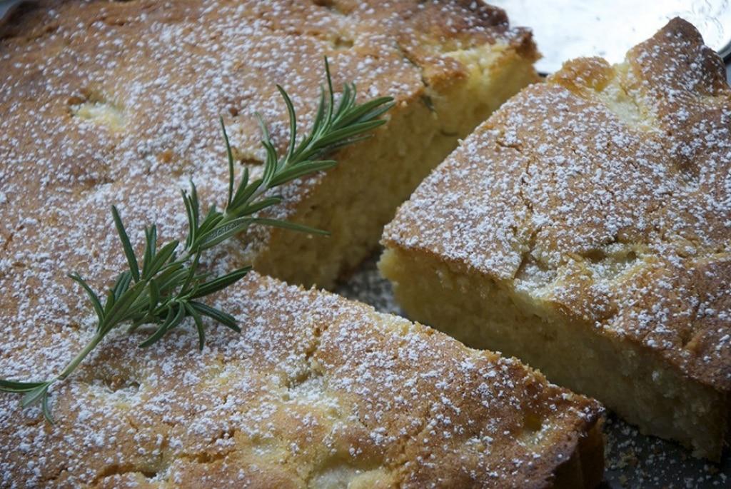 Torta di pere, olio d'oliva e rosmarino