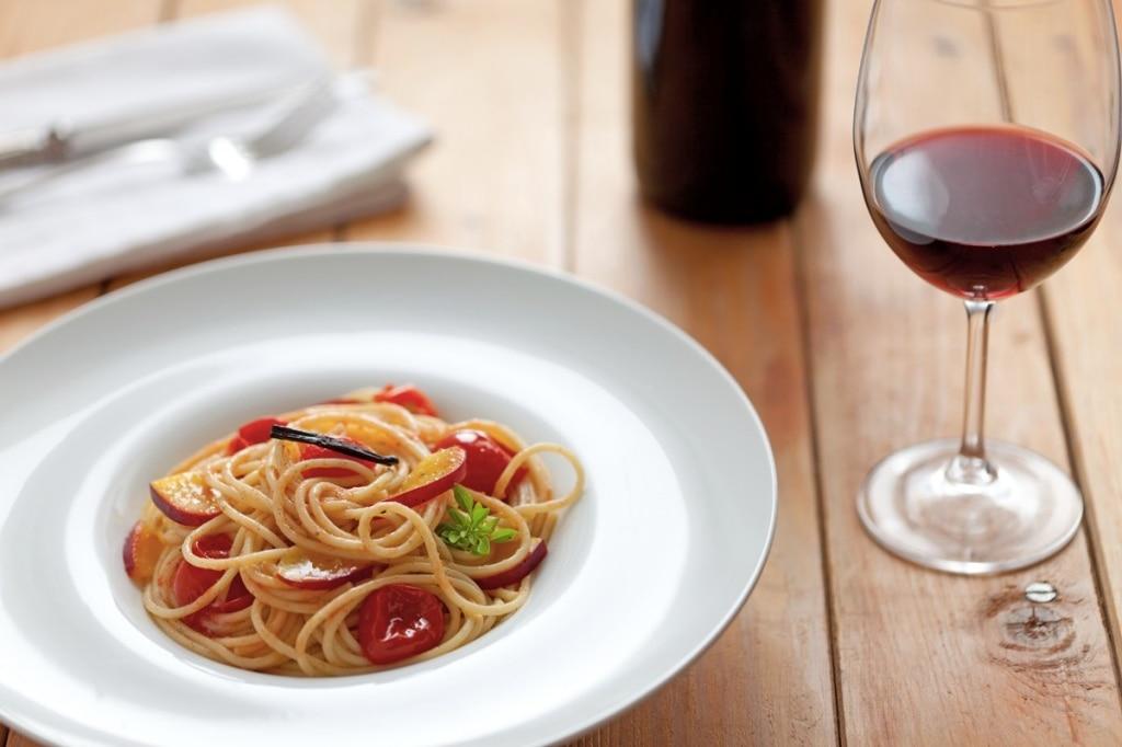 Spaghetti con pomodori infornati e pesche gialle