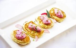 Blinis di patate con crema di barbabietola