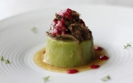 Coda di manzo su crema di piselli e salsa di ciliegie marinate