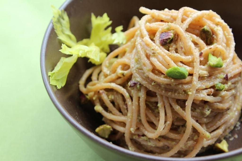 Ricetta spaghetti al pesto di sedano e pistacchi for Spaghetti ricette