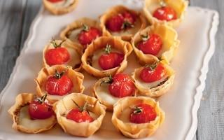 Tartelette con pomodorini canditi al...