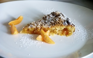 Torta di albicocche con crumble al cocco