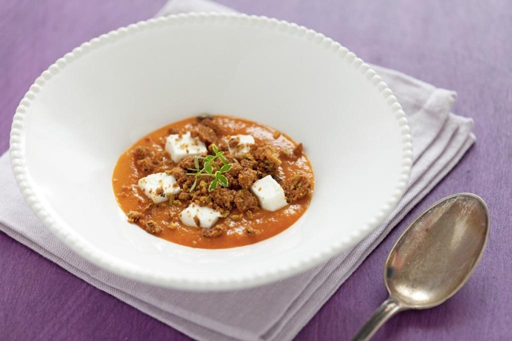 Zuppa fredda di albicocche, robiola di Roccaverano e crumble ai pistacchi