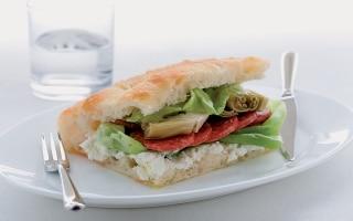 Focaccia con salame, lattuga e robiola