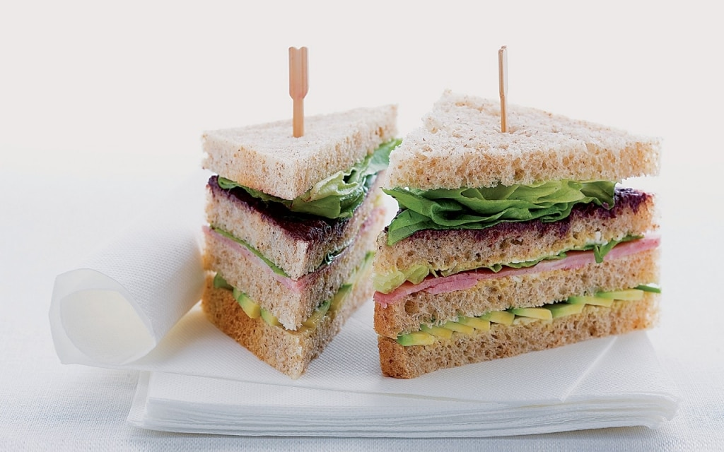 Sandwich al prosciutto cotto, avocado e tapenade