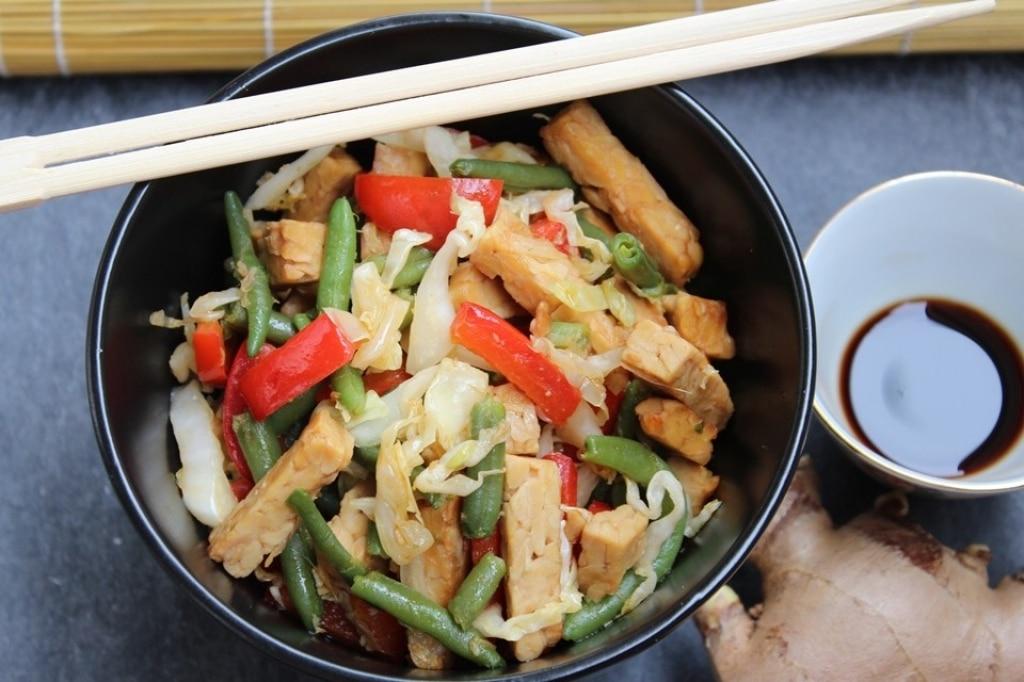 Tempeh saltato con verdure, zenzero e salsa di soia