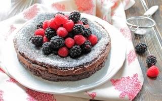 Torta al cioccolato fondente e frutti di...