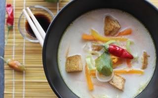 Zuppa al latte di cocco con verdure e tofu