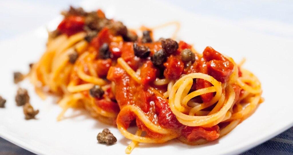 Spaghetti al pomodoro, vaniglia e capperi fritti