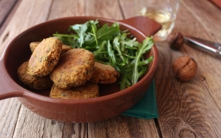 Polpette di quinoa alla curcuma con radicchio e noci