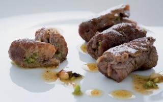 Involtini di manzo ai pistacchi e pinoli
