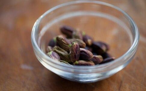 Preparazione Linguine al pesto di menta e pistacchi - Fase 1