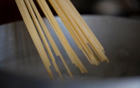 Preparazione Linguine al pesto di menta e pistacchi - Fase 2