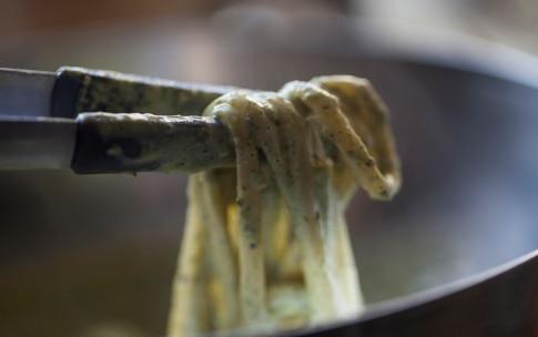 Preparazione Linguine al pesto di menta e pistacchi - Fase 4