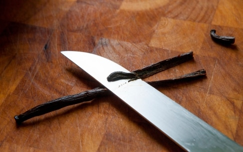 Preparazione Penne con pomodoro crudo e vaniglia - Fase 3