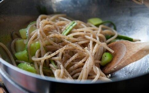 Preparazione Spaghetti di farro con patate e zucchine - Fase 5