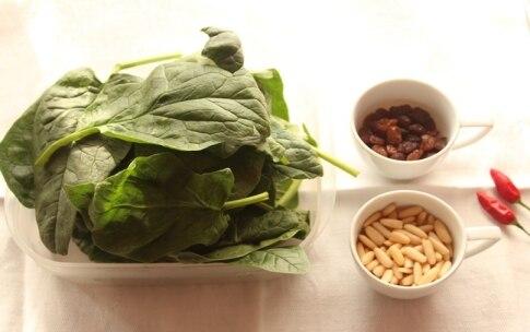 Preparazione Spinaci in padella con uvetta e pinoli - Fase 1