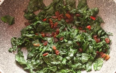 Preparazione Spinaci in padella con uvetta e pinoli - Fase 2