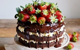 Torta alla vaniglia con fragole e cioccolato