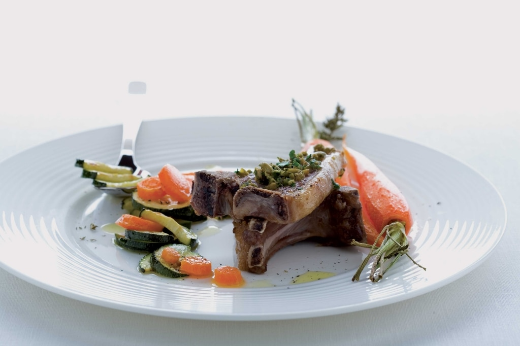 Costolette di carré d'agnello con zucchine e carote