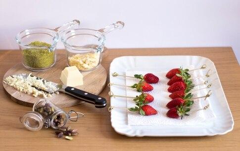 Preparazione Fragole al cioccolato bianco e pistacchi - Fase 2