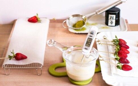 Preparazione Fragole al cioccolato bianco e tè Matcha - Fase 1