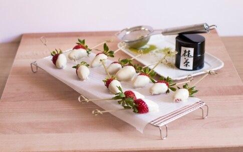 Preparazione Fragole al cioccolato bianco e tè Matcha - Fase 2