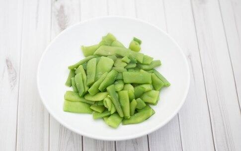 Preparazione Pasta con le taccole al pomodoro e ricotta salata - Fase 1