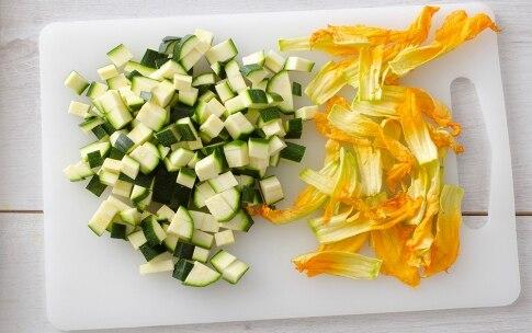 Preparazione Risotto con zucchine, fiori di zucca e pomodoro - Fase 1