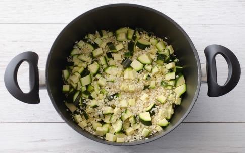 Preparazione Risotto con zucchine, fiori di zucca e pomodoro - Fase 2