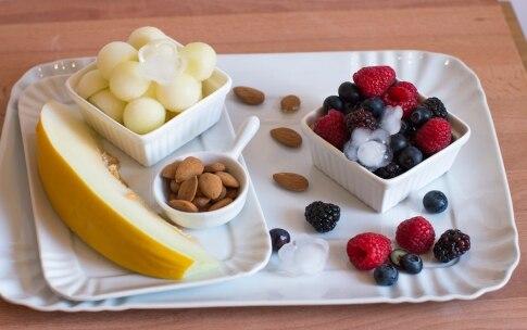 Preparazione Smoothie ai frutti di bosco, melone, mandorle - Fase 1