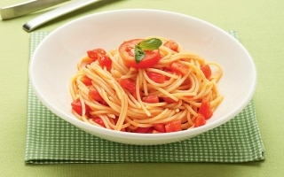 Spaghetti con sugo al pomodoro crudo