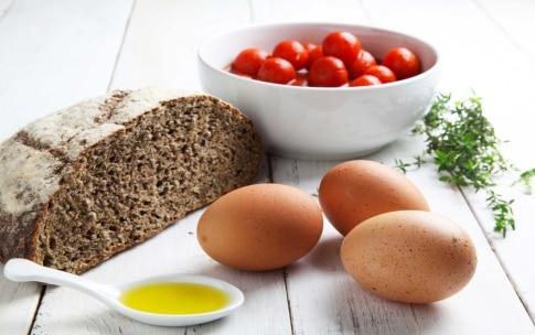Preparazione Crostini con uova e pomodoro - Fase 1