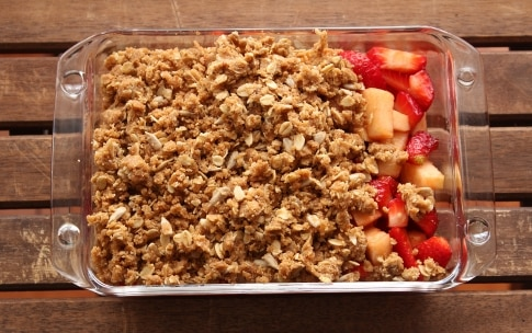 Preparazione Crumble di mele e fragole - Fase 2